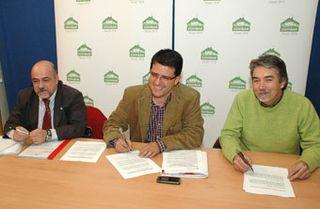 Pedro Navarro, Guillermo Magadán y Antonio Tadeo en la firma del convenio para la Campaña de Navidad.
