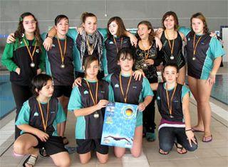 Las waterpolistas del Covibar Rivas lucen su primera medalla. Foto Juan Baena.