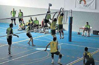 Equipo senior masculino de voleibol.